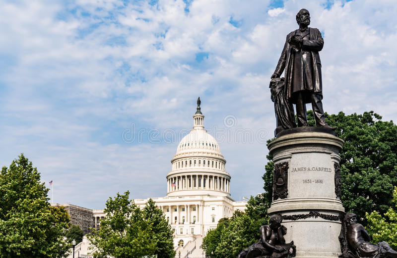 Памятник Жамес Гарфиелд с зданием капитолия Соединенных Штатов стоковые изображения