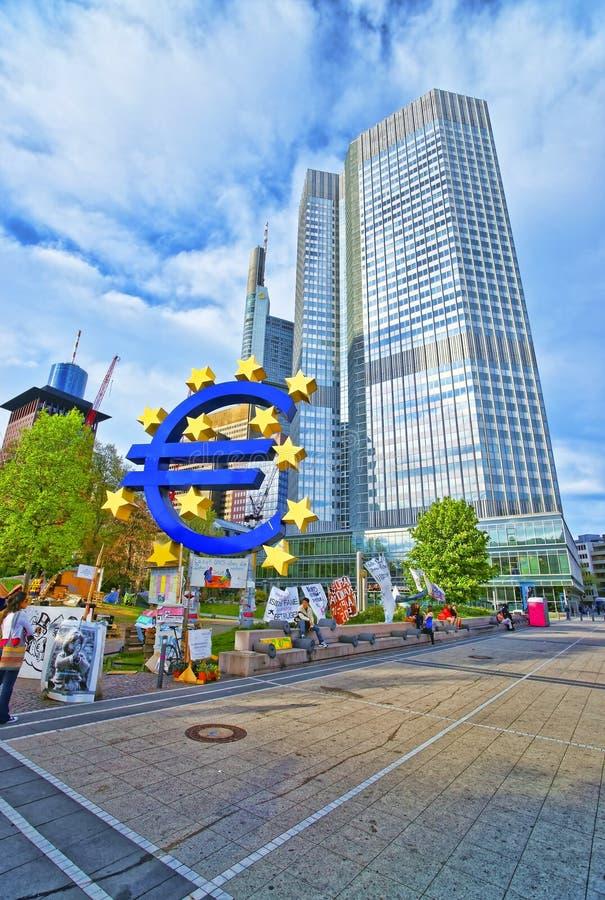 Памятник и Eurotower евро в Франкфурте в Германии стоковое изображение rf