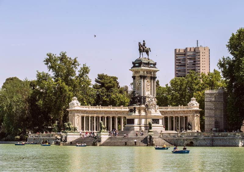 Памятник к Альфонс XII в парке Buen Retiro в Мадриде Pond с шлюпками в историческом парке Мадрида стоковые изображения