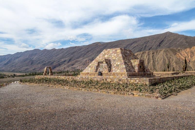 Памятник к археологам на руинах пре-inca Pucara de Tilcara старых - Tilcara пирамиды, Jujuy, Аргентина стоковое изображение
