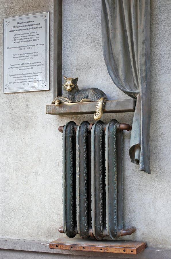 Памятник к батарее топления Кот на батарее samara стоковая фотография rf