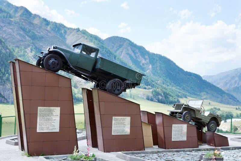 Памятник к водителям на тракте Chuysky, очень опасной высокой высокогорной дороге в Altai стоковая фотография rf