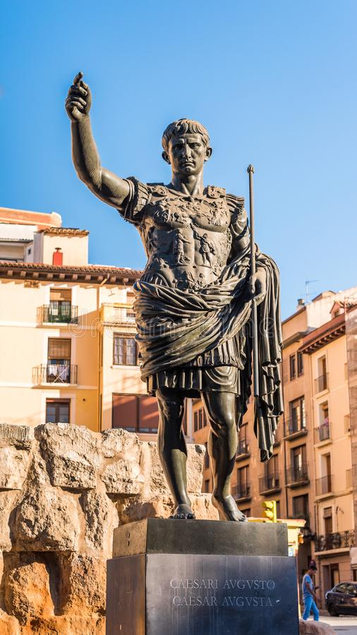 Памятник к императору Octavian Augustus - основателю Сарагосы, Испании Конец-вверх вертикально стоковые изображения