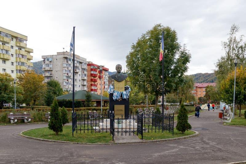 Памятник к Ицхаку Рабину - премьер-министр государства Израиля - установленному с 2 флагами, Израилем и Румынией, в парке  стоковая фотография rf