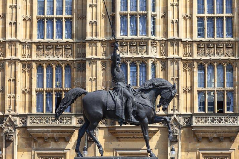 Памятник к королю Ричарду i Lionheart на лошади, дворце Вестминстера, парламента, Лондона, Великобритании стоковые фотографии rf