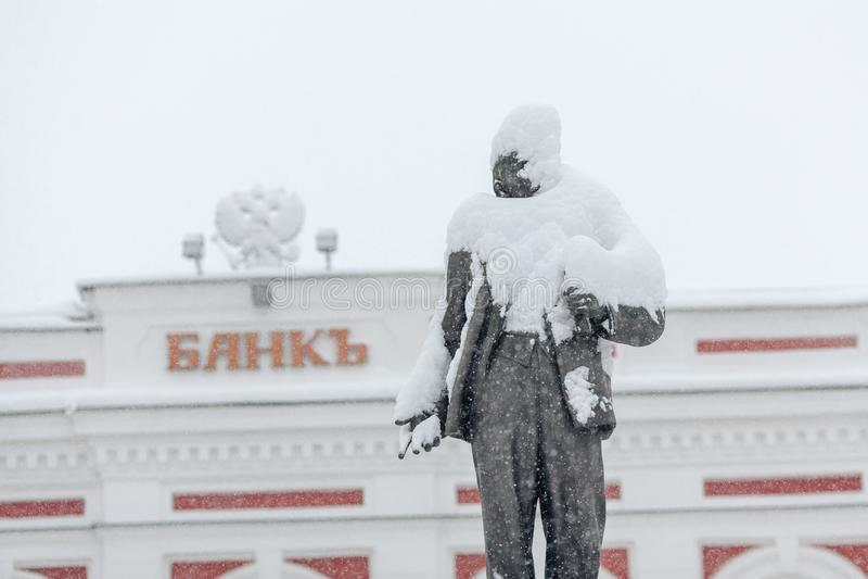 Памятник к Ленину под снегом стоковые изображения