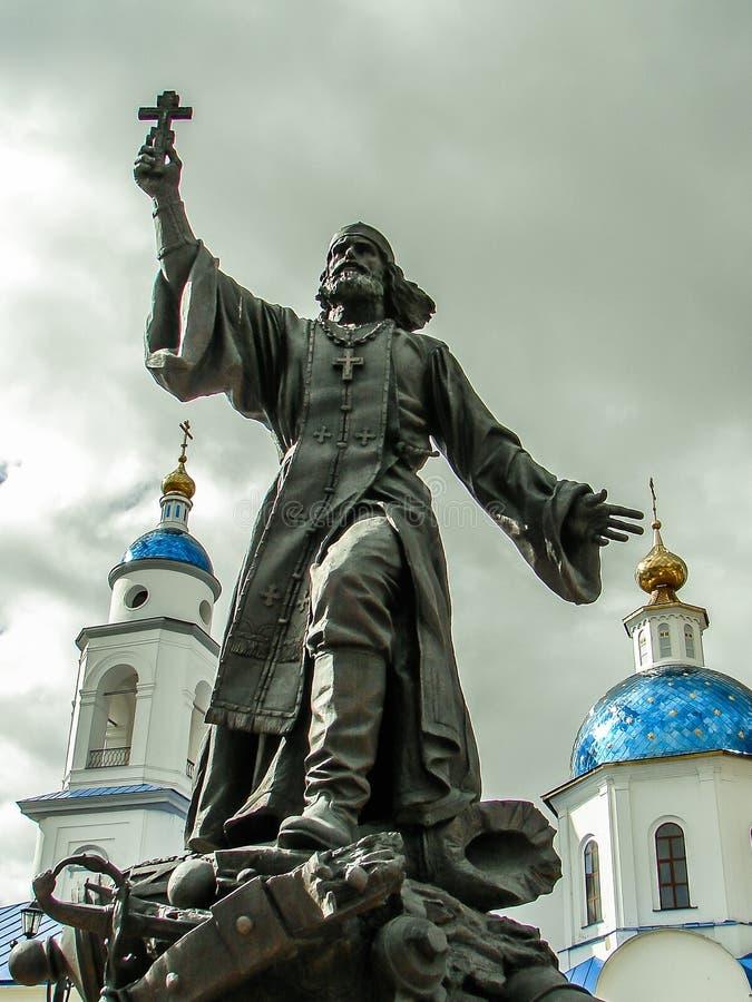 Памятник к полковому священнику в городе Maloyaroslavets зоны Kaluga в России стоковое фото