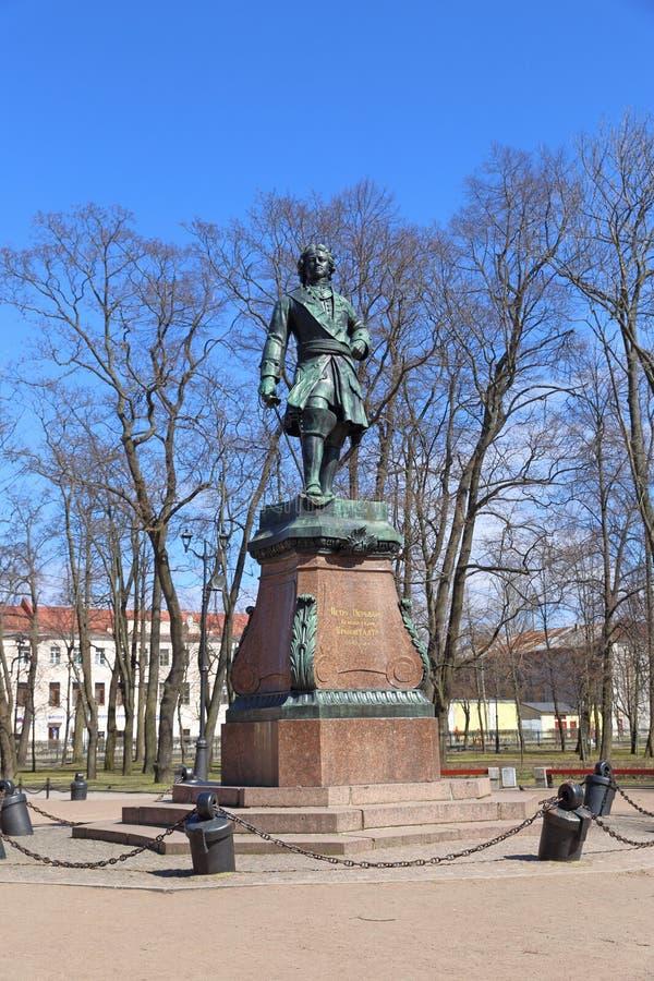 Памятник к русскому императору Питеру на весенний день в Kronstadt стоковые фото