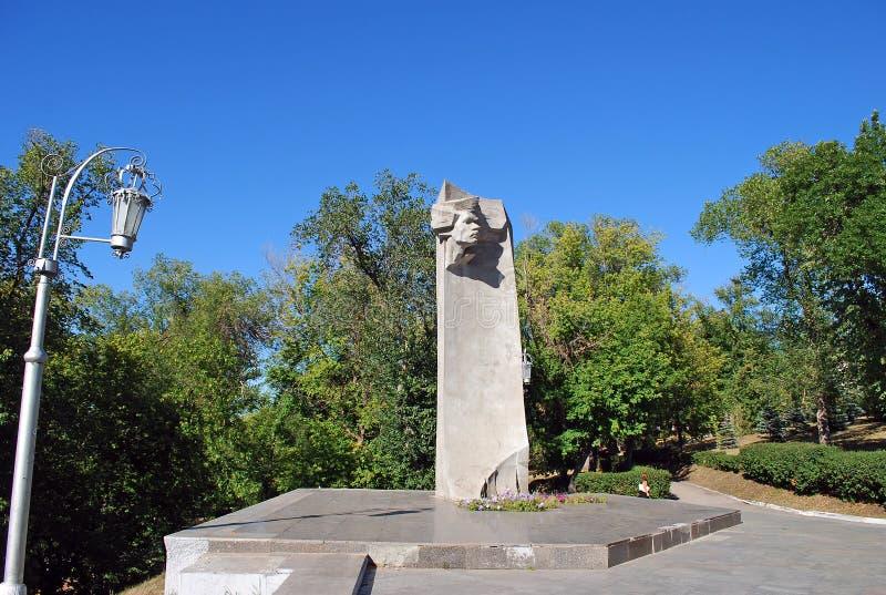 Памятник к сентенции Gorky в саде Strukovsky samara стоковое изображение rf