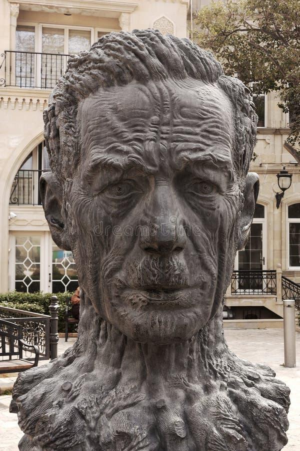 Памятник к Aliaga Vahidu - азербайджанскому поэту, удостоенному художнику Азербайджана SSR Оно установлено на территорию старого  стоковое фото rf