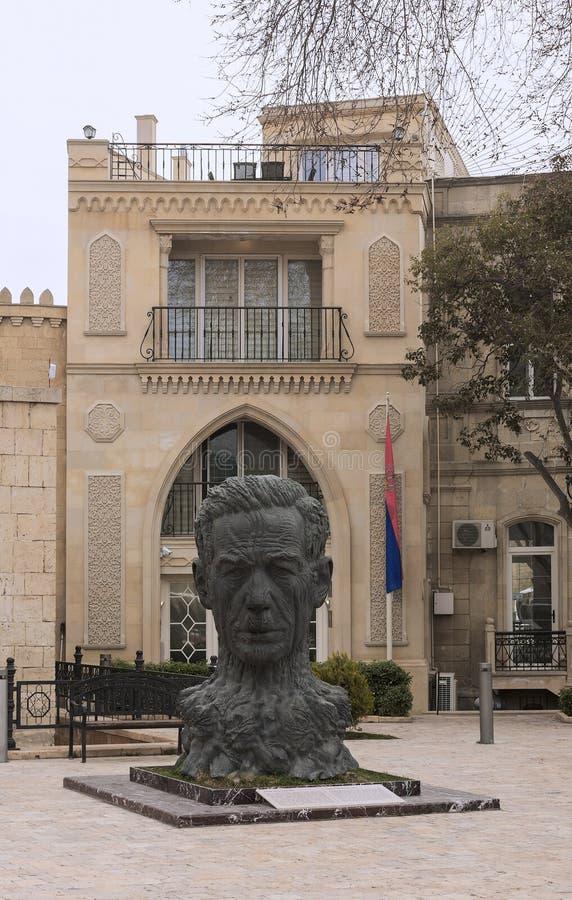 Памятник к Aliaga Vahidu - азербайджанскому поэту, удостоенному художнику Азербайджана SSR Оно установлено на территорию старого  стоковое фото