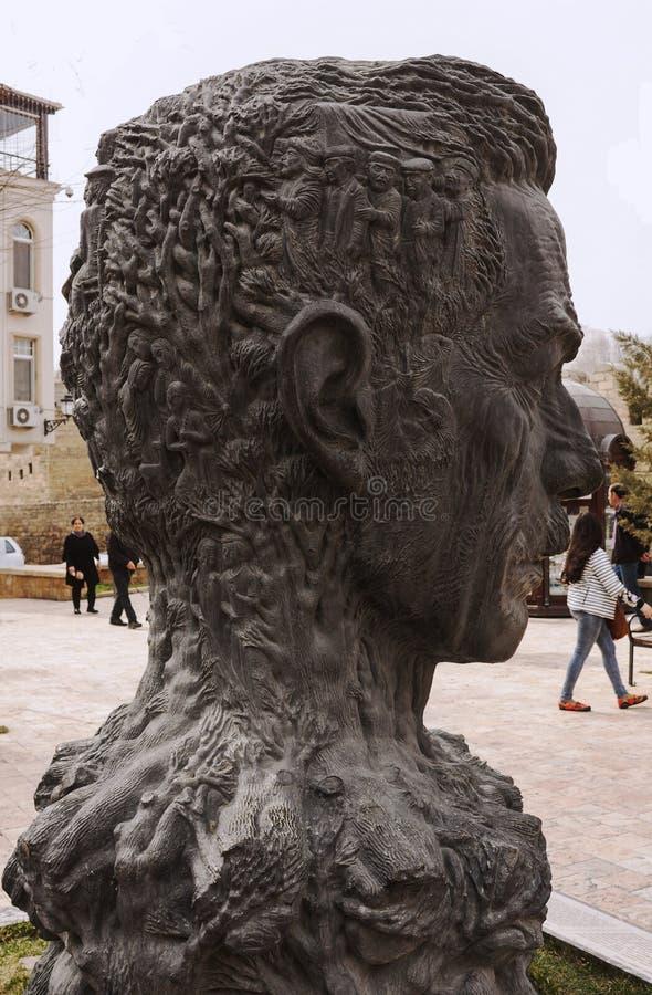 Памятник к Aliaga Vahidu - азербайджанскому поэту, удостоенному художнику Азербайджана SSR Оно установлено на территорию старого  стоковое изображение rf