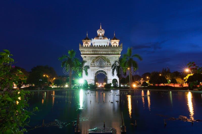 Памятник на ноче, Вьентьян Patuxai, Лаос стоковое фото rf