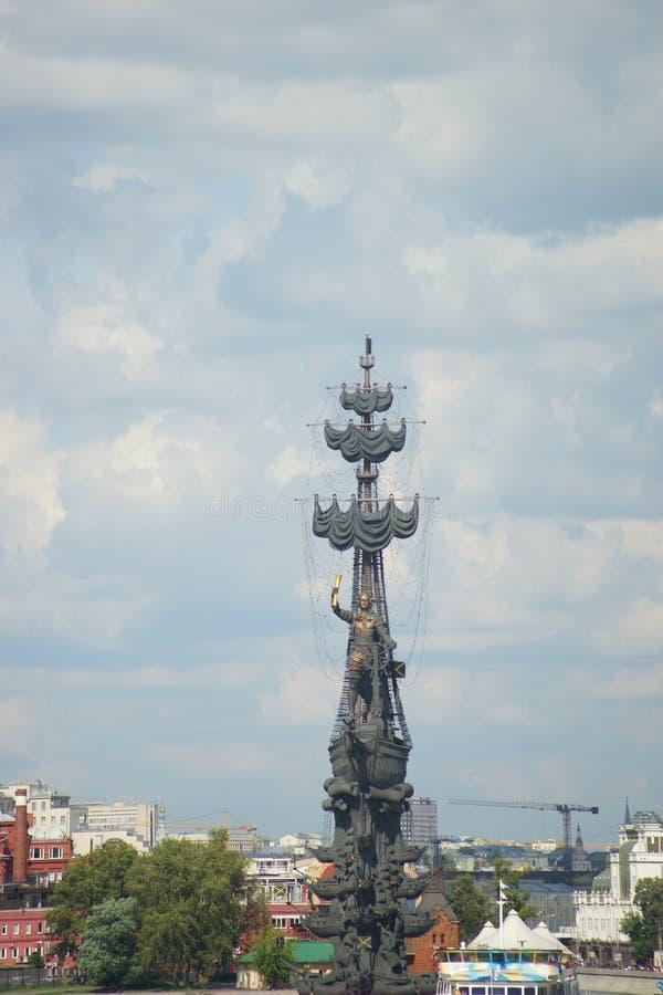 Памятник на реке стоковое фото rf