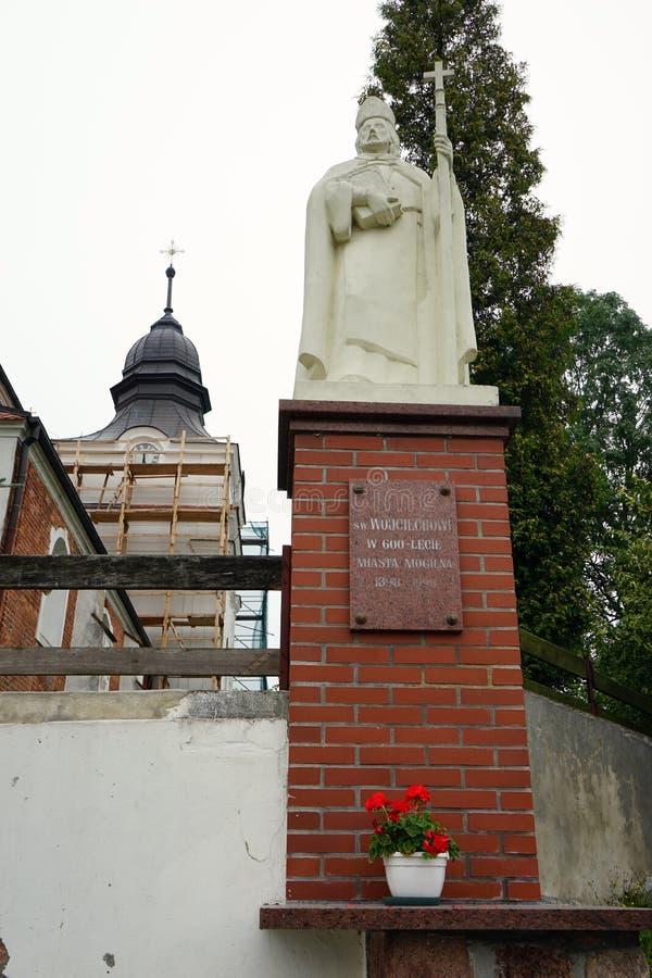 Памятник около церков стоковое изображение
