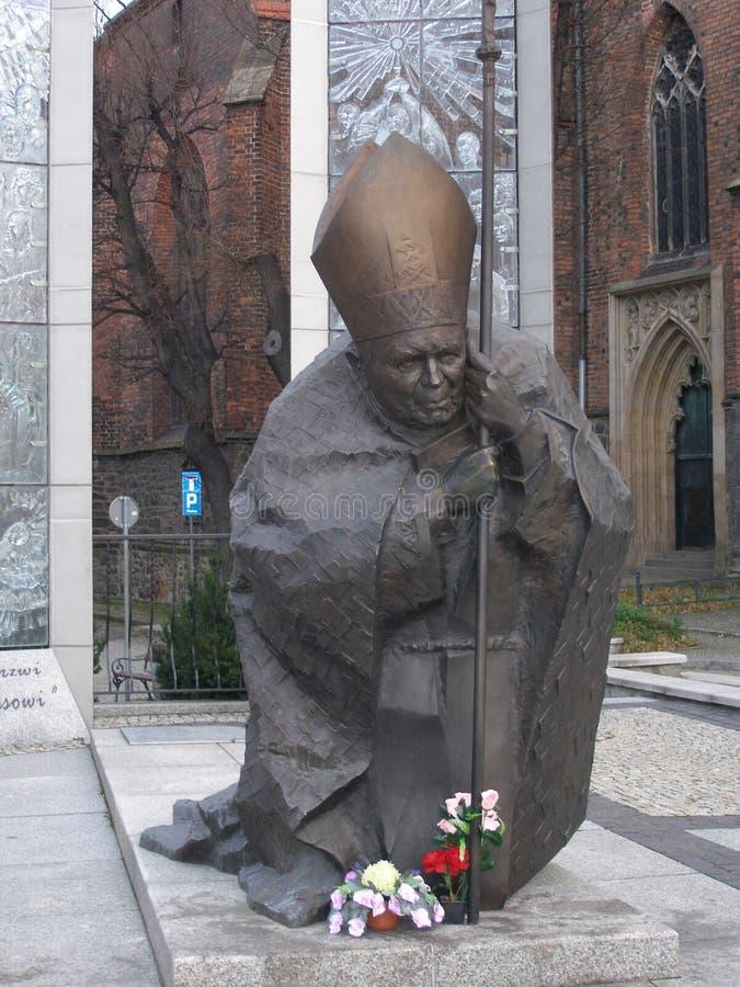 Памятник Папе Иоанну Павлу II в квадрате около собора в городке Swidnica, Польши стоковые фото