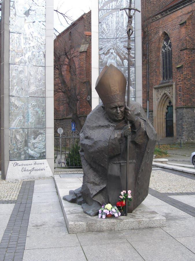 Памятник Папе Иоанну Павлу II в квадрате около собора в городке Swidnica, Польши стоковое изображение