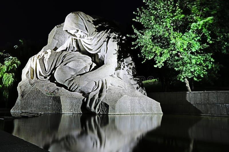 Памятник плача матери над мертвым солдатом стоковые изображения