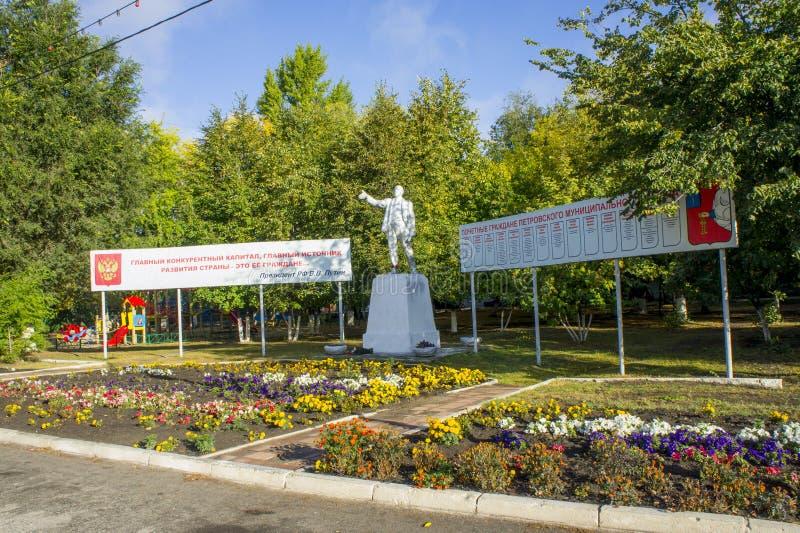 Памятник показывая Владимира Ленина расположен на квадрате в городе Petrovsk стоковые фото