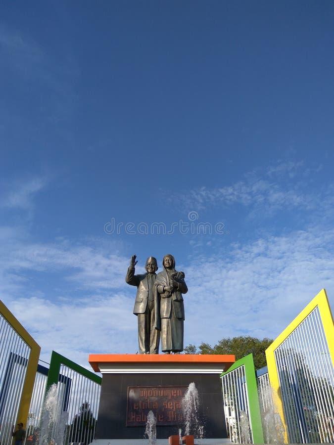 Памятник профессора Bj Habibie-Ainun в городе Обстрагивать-Обстрагивать стоковые фото