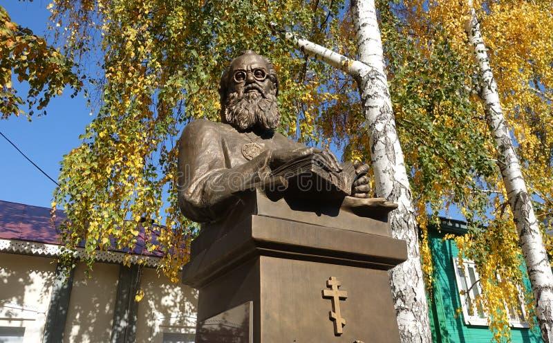 Памятник профессору архиепископа Luka Voyno-Yasenetsky медицины стоковое фото rf