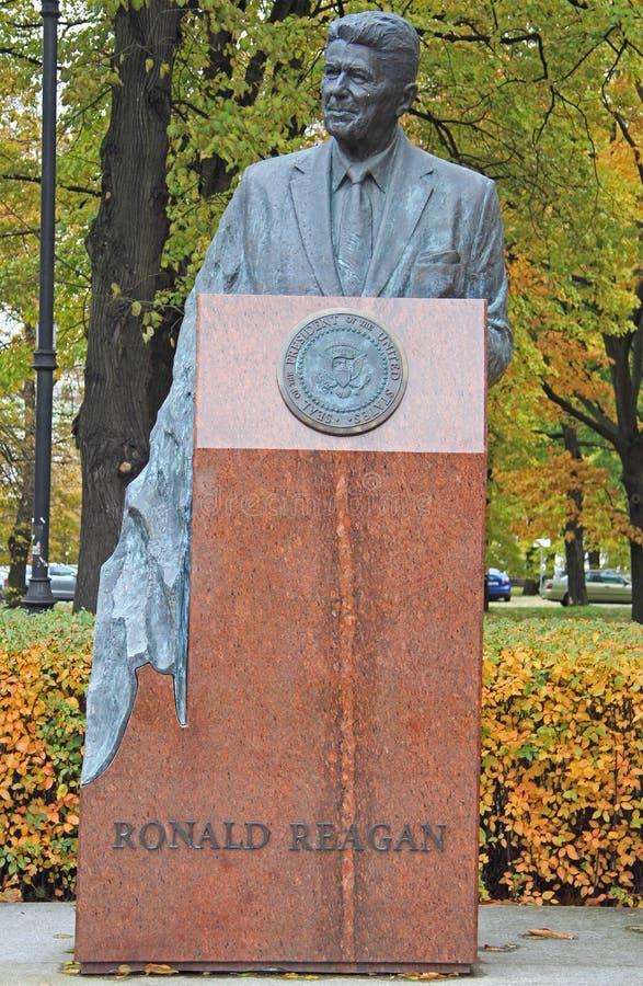 Памятник Рональда Рейгана скульптором Wladyslaw Dudek около посольства США в Варшаве стоковое фото rf