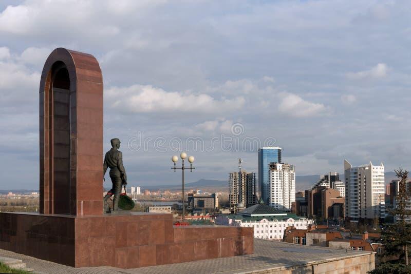 Памятник солдат-интернационалистам стоит на фоне города Krasnoyarsk стоковая фотография rf