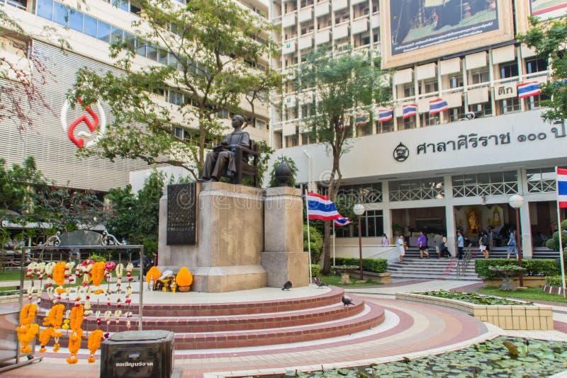 Памятник статуи принца Mahidol Adulyadej Мемориальн на больнице Siriraj в Бангкоке, Таиланде стоковое фото