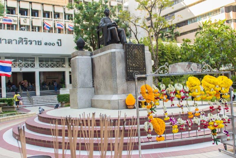 Памятник статуи принца Mahidol Adulyadej Мемориальн на больнице Siriraj в Бангкоке, Таиланде стоковые фотографии rf