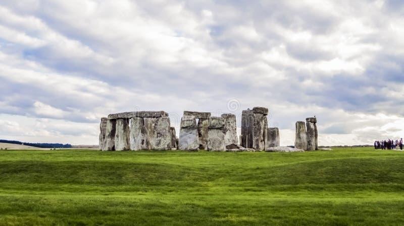 Памятник Стоунхенджа доисторический, зеленая трава, облака, панорамный взгляд - Уилтшир, Солсбери, Англия стоковое изображение