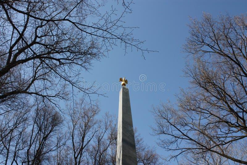 Памятник с орлом в парке стоковые изображения rf
