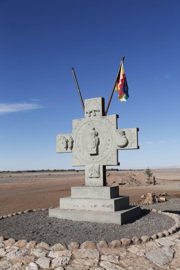Памятник с флагом людей Aymara на Ла луне Valle de или долине луны стоковые фото