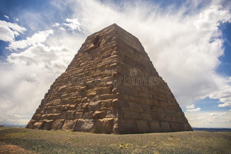 Памятник Ames с облаками стоковая фотография