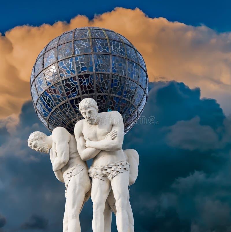 Памятник atlantes в центре Риги стоковое изображение
