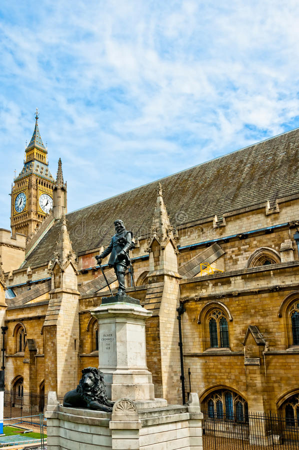Памятник Cromwell и большое Бен в Лондоне стоковые изображения rf