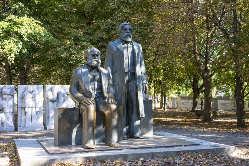 Памятник Marx и Энгельса стоковые фотографии rf