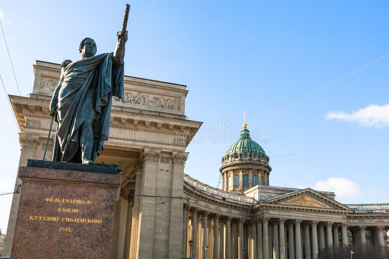памятник Mikhail Kutuzov около собора Казани стоковые фотографии rf
