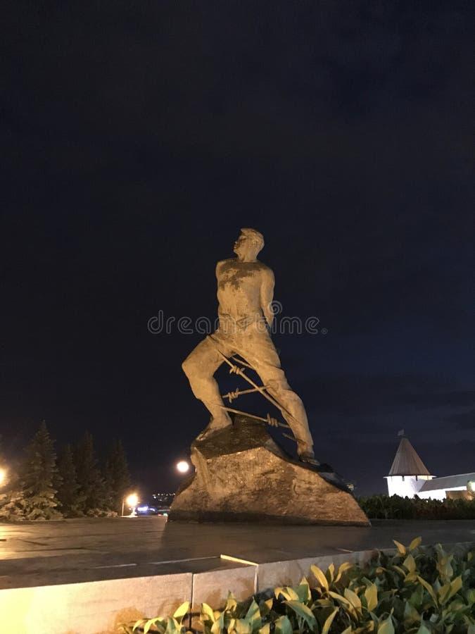 Памятник Musa Jalil около Казани Кремля против ночного неба Республика Татарстана, России стоковая фотография rf
