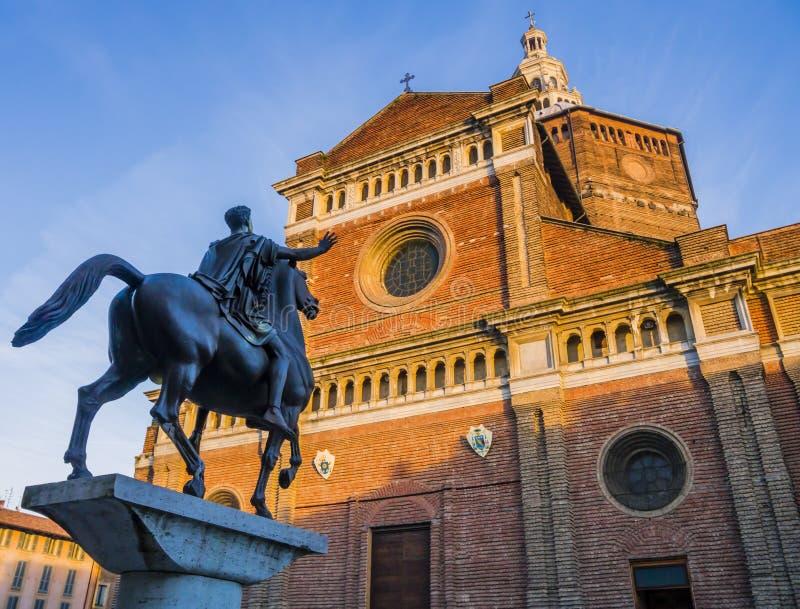Памятник Regisole конноспортивный, Павия, Италия стоковые изображения