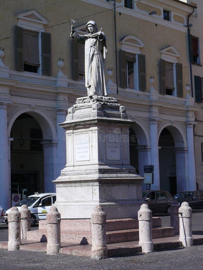 Памятник Savonarola в его родном городе Ферраре, Италии стоковые изображения rf