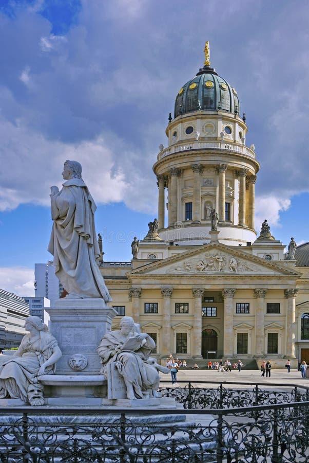 Памятник Schiller и французский собор, на Gendarmenmarkt, Берлин, Германия стоковая фотография