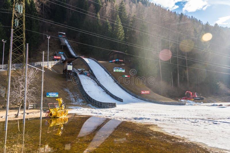 Пандус лыжного трамплина в воде и снеге Pellizzano, регион Val di Единственн лыжи, Trento, Trentino, Италия стоковые фото