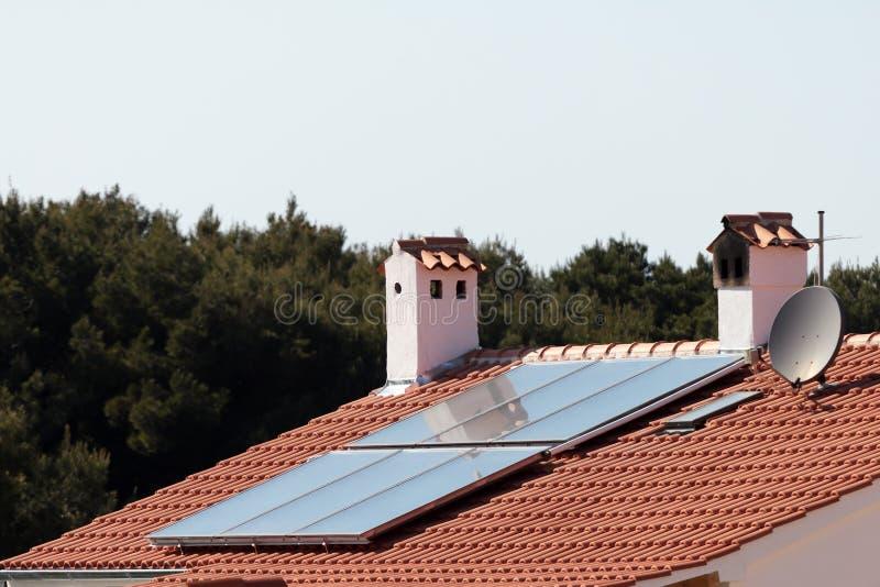 панели настилают крышу солнечное стоковая фотография