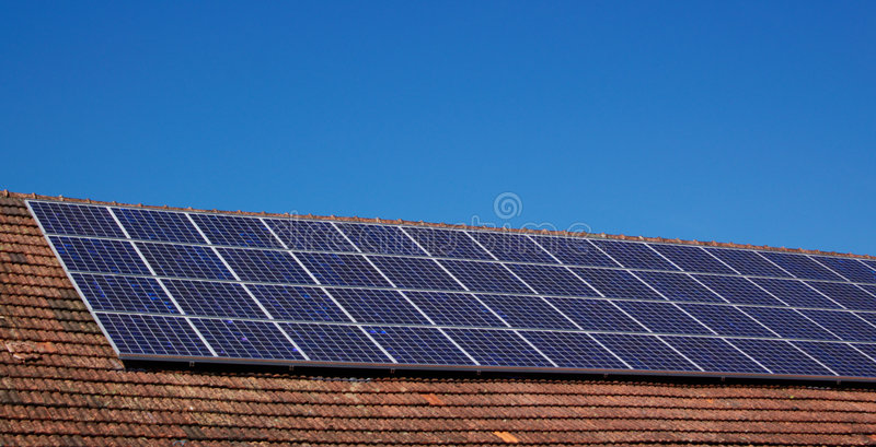 панели настилают крышу солнечное стоковое изображение