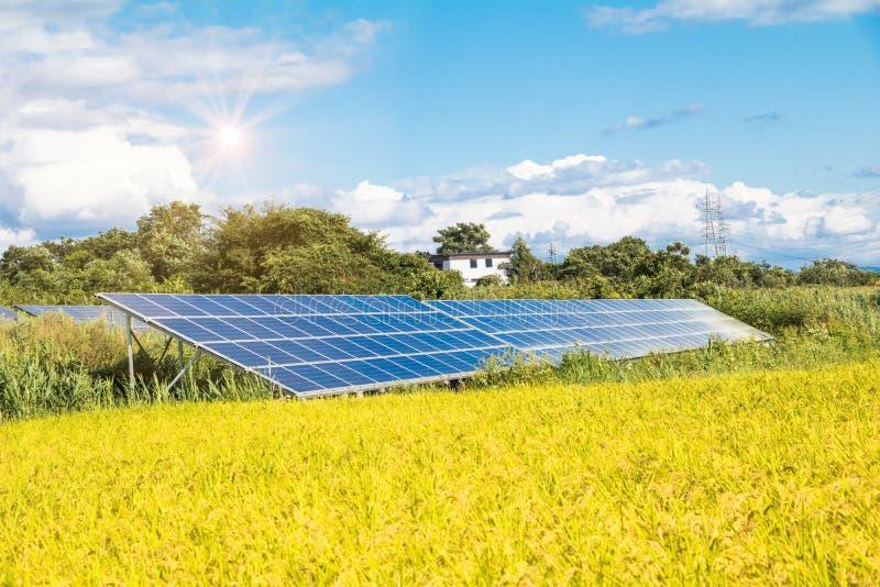 Панели солнечной энергии для энергии нововведения зеленой на всю жизнь с горами с восходом солнца стоковая фотография