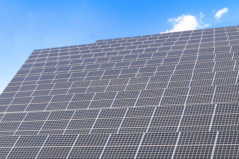 Панели солнечной энергии, фотовольтайческие модули для нововведения зеленеют энергию на всю жизнь стоковое изображение rf