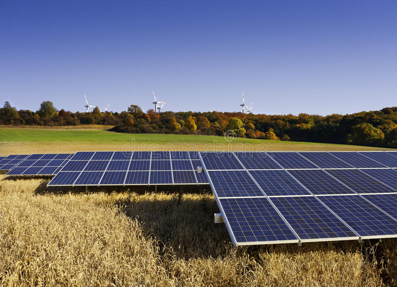 Панели солнечных батарей и ветрянки в осени стоковое фото rf