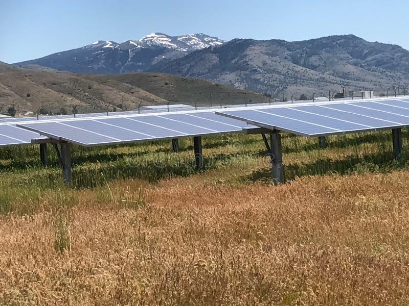 Панели солнечных батарей и горы стоковое изображение
