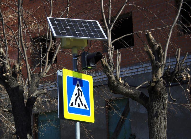 Панели солнечных батарей над знаком пешеходный переход стоковое фото rf