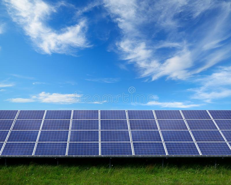 Панели солнечных батарей на солнечной ферме стоковые фото